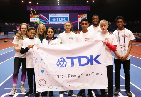 Dominique Scott and Nethaneel Mitchell-Blake with their students on the TDK Rising Stars Clinic (C) 2018 Dentsu