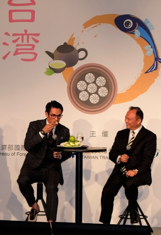 Council of Agriculture Minister of Taiwan Tsung-hsien Lin (right) and Japan-based Taiwanese baseball player Dai-Kang Yang are at the press conference for International Food and Beverage Exhibition (Foodex Japan 2018) in Tokyo on Monday to promote Taiwan-produced jujube. (Photo: Business Wire)