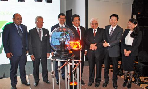 (L-R): Encik Khairul Kamarudin, Chief Executive Officer of Bank Islam, Datuk Seri Johan Abdullah, Gr ...