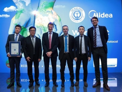 Midea RAC representatives took photo with German Federal Ministry for the Environment (Photo: Business Wire)