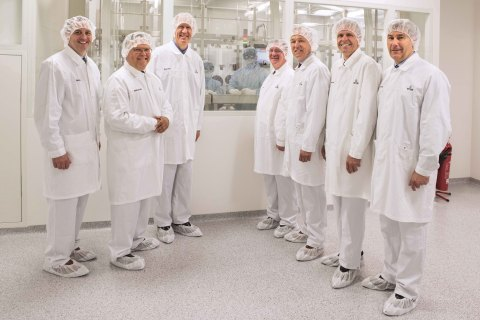 Taking a guided tour in one of Vetter's aseptic production sites are Bruce Rauner (Governor of the S ...