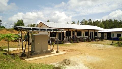 インドネシアのプロジェクト活動地に設置されたパワーサプライステーション(西カリマンタン州)(写真:ビジネスワイヤ)