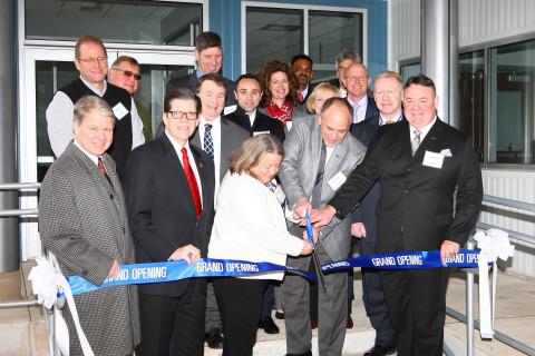 Versum Materials在该公司位于宾夕法尼亚州Hometown的新研发工厂内举行剪彩仪式。(照片:美国商业资讯)