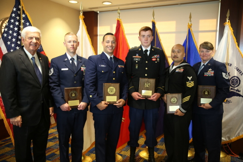 (L-R) GEICO CEO Tony Nicely and the 2017 GEICO Military Service Award Winners: Edward Mauss, Steven Mensen, Kody Kill, Renemar Astorga, and Lori Darling (Photo: Business Wire)