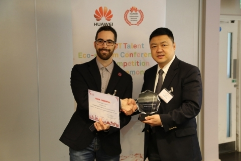 Mr. Robert Yang, Vice President of Huawei Western Europe EBG, presents the first prize award to Mattia Silvestrini from Marche Polytechnic University (Photo: Business Wire)