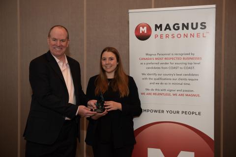 Rob Henderson, président-directeur général, BioTalent Canada, et Chelsea Lobson, gagnante du prix Catalyseur MAGNUS 2018 décerné à la meilleure recrue. (photo : David Moder)