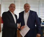 Mark Davidson, SGS (right) and Dr. Alexander Harpe, Redavia signing contract (Photo: Business Wire)