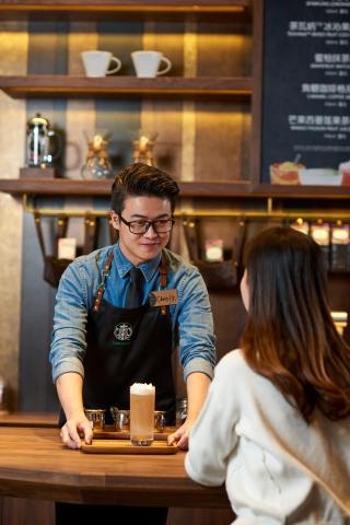 星巴克探索之旅在中國具體體現為本地策劃的門市體驗。星巴克中國宣佈,透過不斷提升的第三生活空間體驗、數位關係及日益擴展的通路發展,預計其營業收入將達到三倍以上,營業利潤將達到兩倍以上。(照片:美國商業資訊)