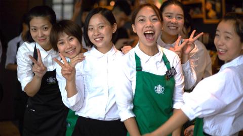星巴克在中國實行的目的驅動成長議程源自於擴大對社區影響力的信念,認為一家公司必須「首先經營好,才能做善事」(do well to do good)。公司將對夥伴及社會影響力的關注作為此項成長議程的核心。星巴克中國和星巴克基金會計畫在未來五年對社會影響力事業投資2000萬美元(約合1.32億元人民幣)。(照片:美國商業資訊)