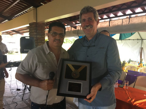 Raul Martinez (right), General Manager of Dole Standard Fruit de Costa Rica, receives a plaque from Jose Miguel Ramirez, General Manager of Recyplast, in recognition of the contribution of Dole's banana plantations in the correct handling, storage, and provision of field plastic waste.