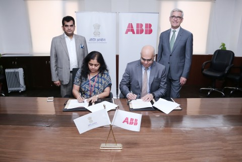 Anna Roy of NITI Aayog and Sanjeev Sharma, managing director of ABB India, sign a statement of partnership in advanced manufacturing technologies, including digital and AI, in New Delhi today. Looking on are Amitabh Kant, CEO of Niti Aayog, and Ulrich Spiesshofer, CEO of ABB (Photo: Business Wire)