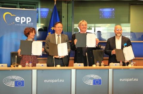 GCEL、INSME、BVMW和CONFAPI在歐盟議會簽署策略性協定,將與全球主要的科技公司合作部署數位經濟平臺,使140兆美元的B2B市場數位化(照片:美國商業資訊)