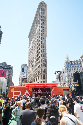 "Today in front of New York City's iconic Flatiron Building, Rally Health, actor and comedian Kevin Hart and TV/radio personality Maria Menounos launched ""Rally on the Road,"" a multi-city summer tour celebrating healthy living. (Photo: Business Wire)"