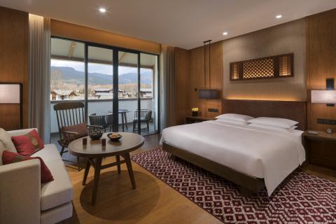 King guestroom in Jinmao Hotel Lijiang. (Photo: Business Wire)