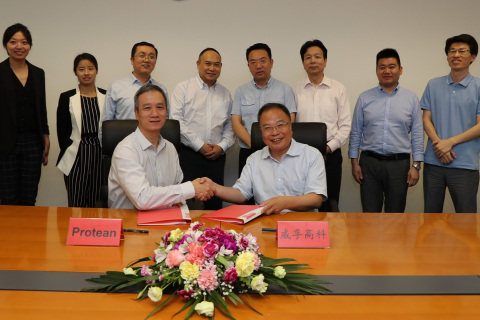 Weifu Chairman Chen Xuejun and Protean CEO Kwok-yin Chan signing the closing documents, with representatives from Oak Investment Partners, Weifu and Protean (Photo: Business Wire)