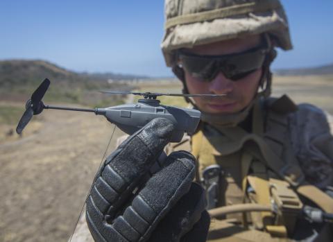 フリアーBlack Hornet個人偵察システムは分隊レベルの監視・偵察能力を支援します。(写真:Pfc. Rhita Daniel)