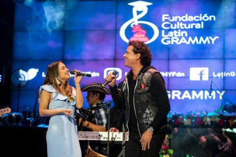Nicolle Horbath, ganadora de la beca, y Carlos Vives compartiendo el escenario (Foto: Business Wire)