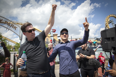 (L-r) ED HELMS and JEREMY RENNER at Six Flags Over Texas after successfully breaking the Guinness World Records title for the largest game of freeze tag. (Photo: Kim Leeson)