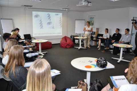Vetter kicks off its Open Innovation Challenge: Dr. Claudia Roth, Vice President Innovation Management, welcomes the multi-disciplinary teams of participants on the first day of the workshop. (Picture source: Vetter Pharma International GmbH)