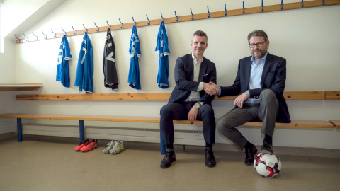 Iceland Football Assn. President Gudni Bergsson and Össur President and CEO Jón Sigurdsson seal the partnership deal. (Photo: Courtesy of Össur)