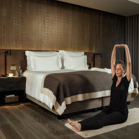 Winding down in the evening in a beautifully appointed guest villa at Six Senses Resorts Hotels and Spas featuring Lighting Science's GoodNight® bulbs in the bedroom space to create the ultimate guest sleep experience. (Photo: Business Wire)