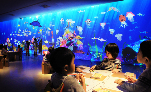 3. 学ぶ!未来の遊園地お絵かき水族館 - Sketch Aquarium (teamLab, 2013-, Interactive Digital Installation, Sound: Hideaki Takahashi, teamLab) (写真:ビジネスワイヤ)