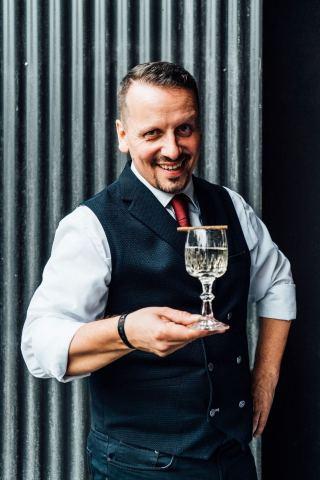 Le barman autrichien Tom Sipos a été couronné champion mondial d'elit Vodka Art of Martini. la finale s'est déroulée cette année à Bilbao, avant la remise des prix des 50 meilleurs restaurants internationaux. (Photo : Business Wire)