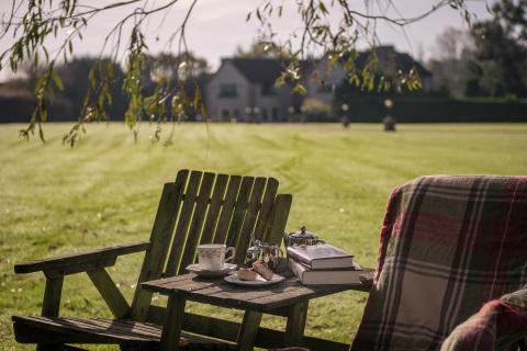 在英格兰百万富翁庄园的草坪上享受一杯下午茶。(照片:美国商业资讯)
