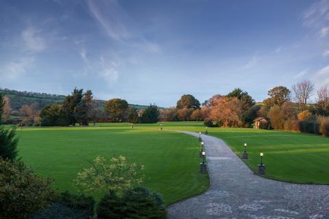 英格蘭百萬富翁莊園的行車道和草坪。(照片:美國商業資訊)