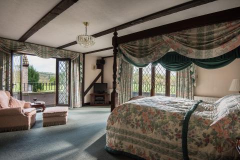 英格蘭百萬富翁莊園的一間臥室。(照片:美國商業資訊)