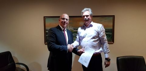 Harm Ploeger, President Africa at Red Sea Housing (right) and Dr. Alexander Harpe, Chief Sales Officer at Redavia signing contract (Photo: Business Wire)