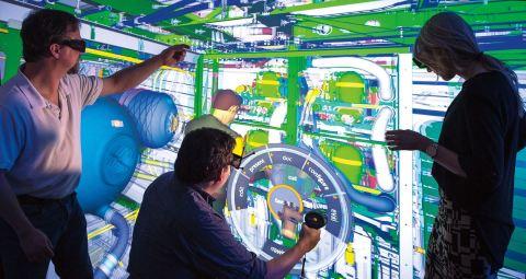 Les ingénieurs responsables de la fabrication et de la production du 777X suivent les mouvements d'un mannequin virtuel dans l'application de réalité virtuelle ESI IC.IDO. Crédit photo ©Boeing.
