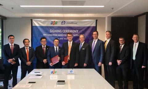 Der Vorstand von FPT und IntelliNet treten der feierlichen Vertragsunterzeichnung bei. (Photo: Business Wire)