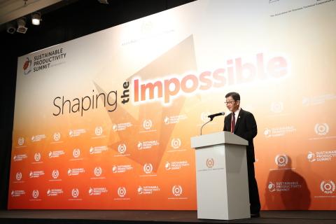 東京で開催された第1回持続可能な生産性会議の開会式で挨拶を述べるサンティ・カノクタナポーンAPO事務局長(2018年7月10日) (写真:APO)