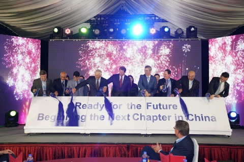 Fluor Chairman & CEO David Seaton, along with other Fluor executives, employees and suppliers, celebrates Fluor China's 40th anniversary of operations in Shanghai. (Photo: Business Wire)