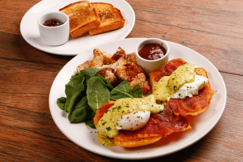The new brunch menu at Macaroni Grill features an Eggs Benedict dish with a twist. Poached eggs, crispy prosciutto, arugula and crispy parmesan potatoes are served with a choice of traditional charred lemon or basil pesto hollandaise sauce and brioche toast and fig jam. (Photo: Business Wire)