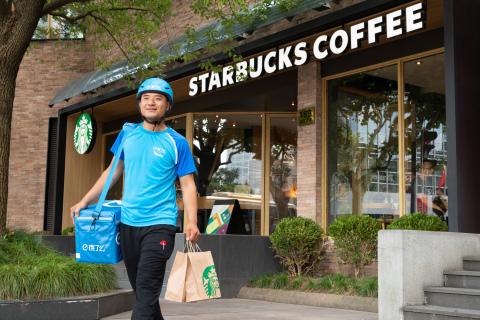 星巴克與阿里巴巴集團今天公布了雙方之間的策略合作夥伴關係,以變革中國咖啡行業的客戶體驗。星巴克將與阿里巴巴旗下的主要業務部門進行合作,包括餓了麼、盒馬鮮生、天貓、淘寶和支付寶,自2018年9月開始試點外送服務,在盒馬超市內建立「星巴克外送星廚」,並整合多個平臺共同建立一個前所未有的星巴克虛擬門市。(照片:美國商業資訊)