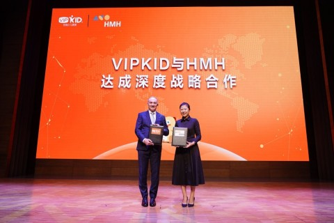 VIPKid CEO Cindy Mi and HMH SVP Samuel Bonfante at the signing ceremony on August 28, 2018 (Photo: Business Wire)
