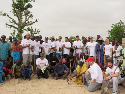 Canon employees building a school in Senegal in 2015 (Photo: AETOSWire)