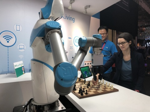 ITRI's IVS Roboter spielt Schach mit einem IFA-Messebesucher. (Photo: ITRI)