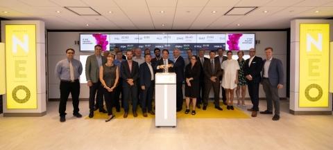 Perry Dellelce se joint à Jos Schmitt, président et chef de la direction de NEO, pour ouvrir le marché en l'honneur de sa nomination au poste de président des conseils d'administration d'Aequitas et de NEO (Photo: Business Wire)