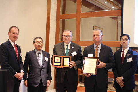 Mr. Masakazu Tokura (President of SCC) presenting the Sumika Sustainable Solutions award to Pace International. From left to right: Mr. Andy Lee (President & CEO of Valent USA), Mr. Masakazu Tokura (President of SCC), Mr. Roberto Carpentier (COO & EVP of Pace International), Mr, Ted Melnik (President of Pace International and EVP & COO of Valent BioSciences), and Mr. Hirokazu Murata (Associate Office of SCC) (Photo: Business Wire)