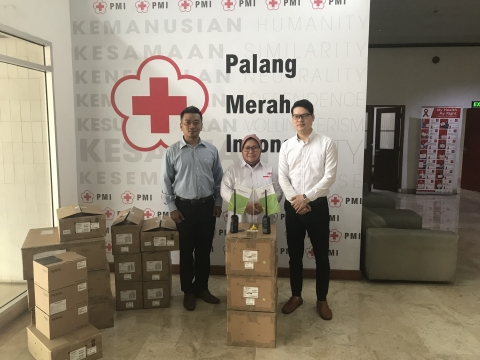 Ms. Ria Thahir Receiving Hytera donations at PMI Headquarter (Photo: Business Wire)