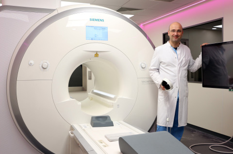 Dr. Christopher Piorkowski in the newly installed iCMR lab at the Heart Center Dresden. (Photo: Hear ...