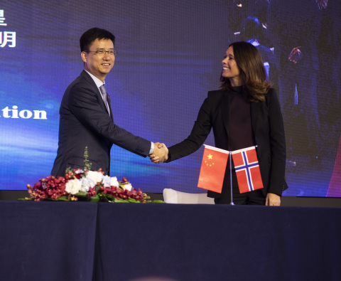 Simon Hu, Senior Vice President of Alibaba Group and President of Alibaba Cloud, and Hege Skryseth, Executive Vice President of KONGSBERG and President of Kongsberg Digital, signed an MoU to explore the opportunities to make KONGSBERG's industrial digital platform, Kognifai, available on Alibaba Cloud (Photo: Business Wire)