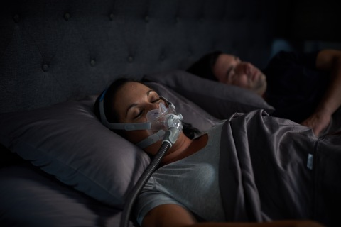 ベッドでAirFit F30を装着している女性 (写真:ビジネスワイヤ)