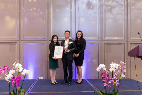 Dr. Joung H. Lee, MD, Chief Administration Officer at CHA-HPMC, received the award from Asian Business League Southern California. (Photo: Business Wire)