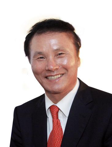 """(株)GOLFZON(KOSDAQ:215000)发布,GOLFZON NEWDIN集团的总裁Kim,Young Chan先生入选美国高尔夫杂志GOLF Inc 2018年11、12月刊的""""亚洲高尔夫最具影响力人物""""并位居第五位。此外,金总裁还荣登亚太高尔夫集团""""2018亚太名人堂"""",同时入选""""2018亚洲高尔夫最具影响力人物""""。(照片:美国商业资讯)"""