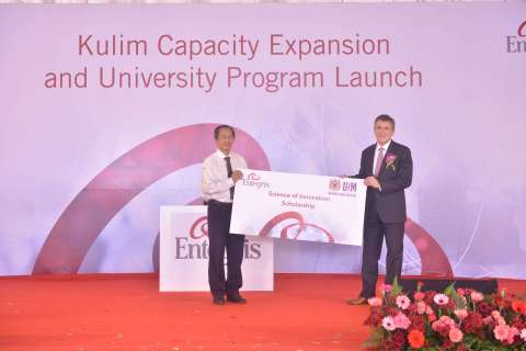 Bertrand Loy, President and CEO, Entegris grants a scholarship certificate to Professor Zlkifli Ahmad, University Sains Malaysia (Photo: Business Wire)