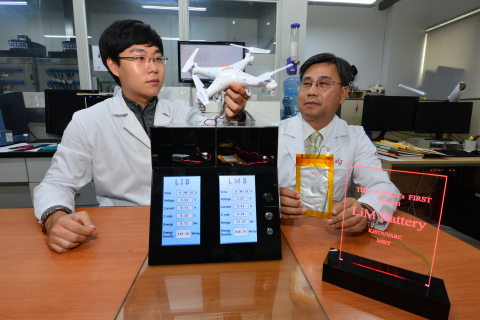 KIST researcher Moon-Sek Kim (left) and Dr Won-Il Cho (right) are testing their Lithium Metal Ion Battery using a drone and some LEDs (Photo: Business Wire)